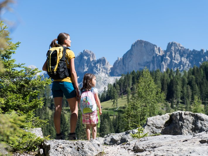 Family-hike in the Latemar labyrinth with view on the Rosengarten/Catinaccio