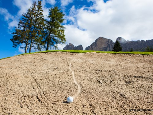 Golf ball under the Rosengarten | © Golf and Country Carezza