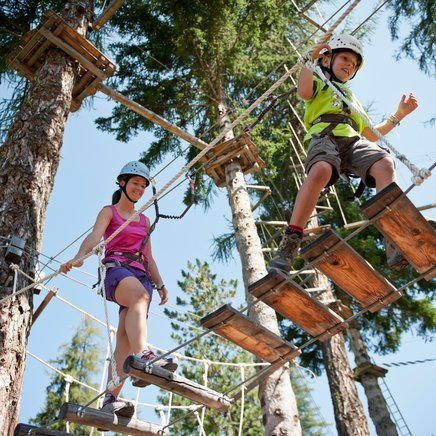 Climbing with the family in the adventure park at Obereggen