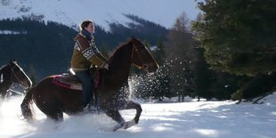 Horse riding in winter under Latemar | © Angerle Alm