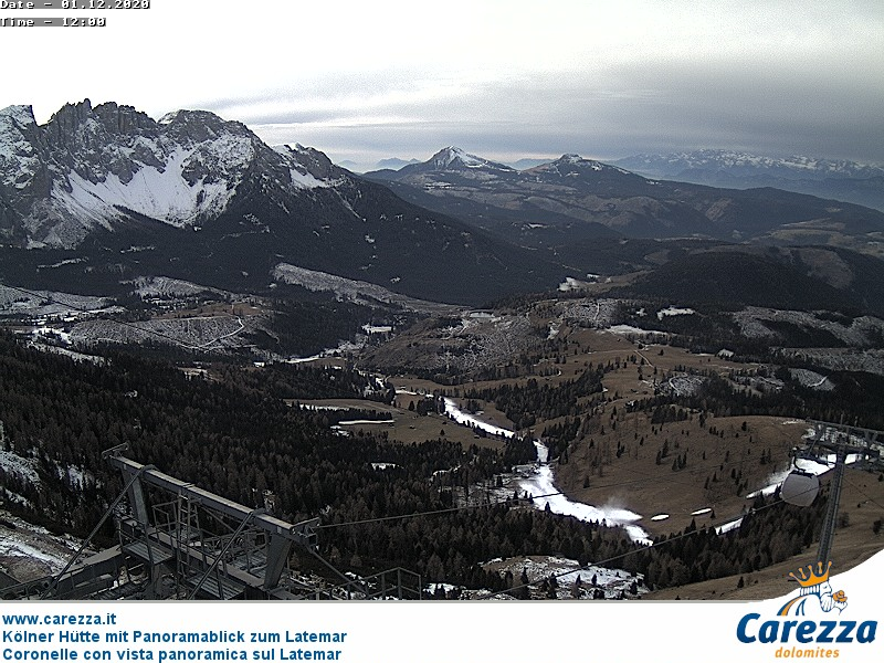Webcam Carezza - Coronelle - Altitude: 2,339 metresArea: Laurins Lounge hutPanoramic viewpoint: static webcam. Panoramic view from Laurins Lounge over the Latemar mountain group.